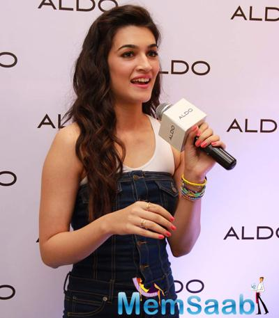 Kriti Sanon Interacting With Her Fans At Aldo Spring Summer 2015 Collection Launch