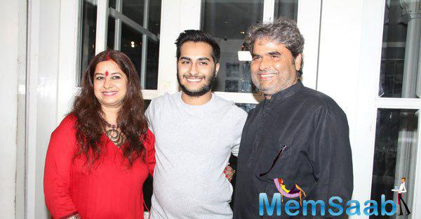 Vishal Bhardwaj Posed With Wife Rekha Bhardwaj And Son During Haider Movie National Award Success Meet
