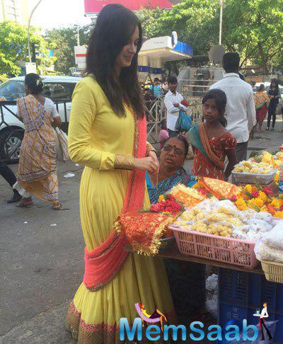 Evelyn Sharma Clicked At The Outside Of Siddhivinayak Temple