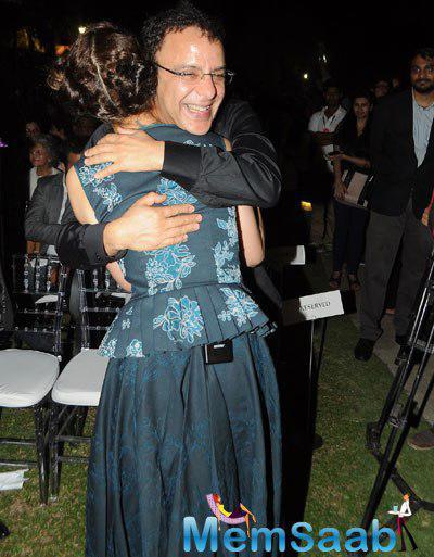 Kangana Ranaut Hugs Vidhu Vinod Chopra At The Launch Of Anupama Chopra Book The Front Row