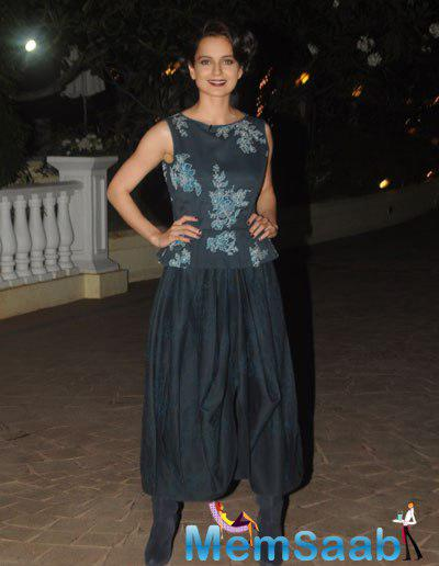 Kangana Ranaut Smiling Pose For Camera During The Launching Of Anupama Chopra Book The Front Row