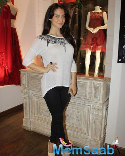 Elli Avram Beautiful Look During The Launch Of Avinash Punjabi Store