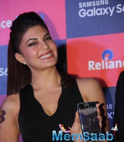Jacqueline Fernandez Cute Smiling Look During The Launch Of Samsung S6 And S6 Edge Mobile