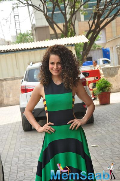 Kangana Posing Lenses While Arriving At The First Look Launch Of Tanu Weds Manu Returns