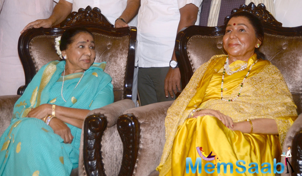 Asha Bhosle Looks At Her Wax Statue  At Themca Lounge In Wankhede Stadium