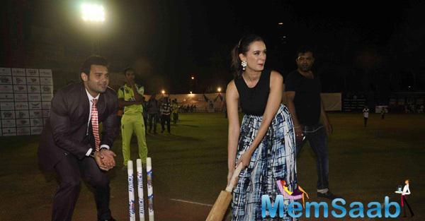 Mahaakshay Chakraborty And Evelyn Sharma Playing Cricket At Twister Mitsui Shoji T-20 League Season-5