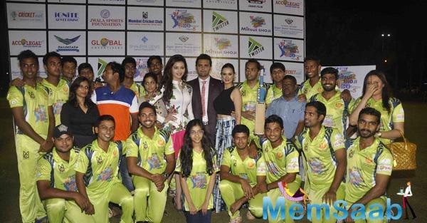 Urvashi Rautel,Mahaakshay Chakraborty And Evelyn Sharma Posed With Players At Twister Mitsui Shoji T-20 League