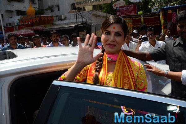 Sunny Leone Alone Arrived At Siddhivinayak Temple For Kuch Kuch Locha Hai Release