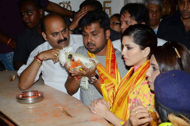 Sunny Leone Visits Siddhivinayak Temple To Seek Blessings