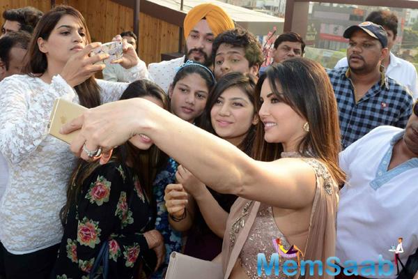 Sunny Leone Taking Selfie With Fans During The Promotion Of Ek Paheli Leela At Delhi