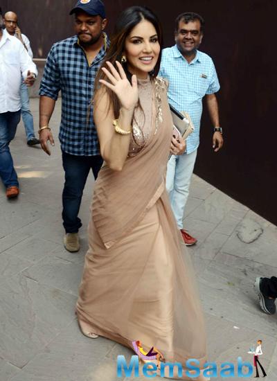 Sunny Leone Waves Hand For Fans During The Promotion Of Ek Paheli Leela