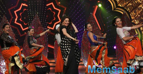 Madhuri Dixit Madhuri Dixit Shake A Thumka With DID Super Moms