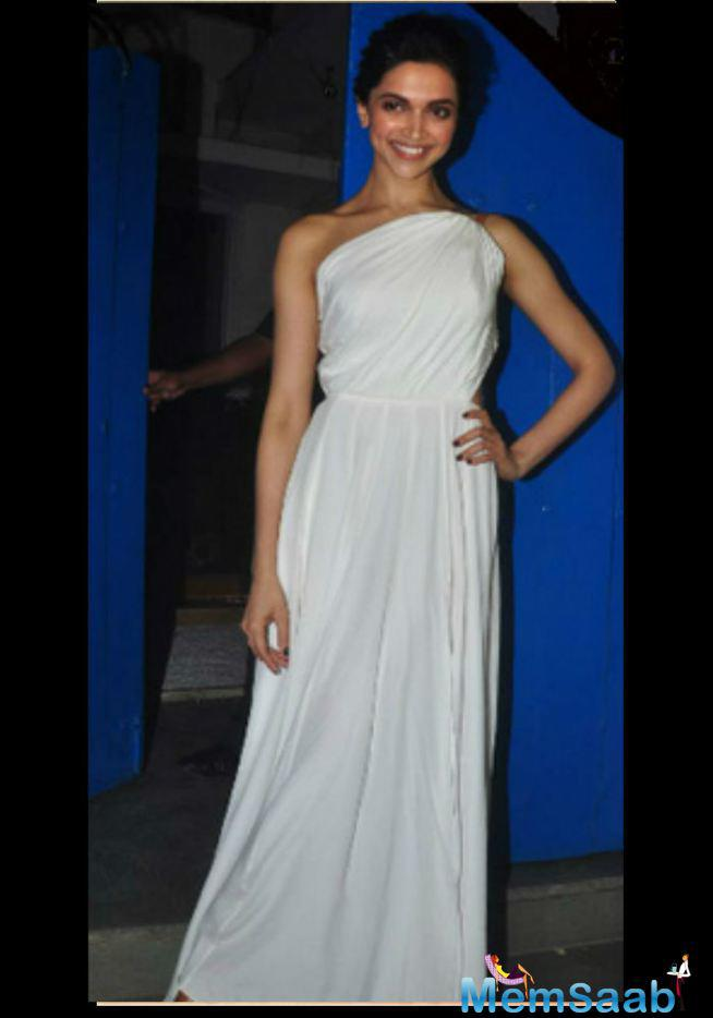 She Dressed Up Her White Elegant Look With The Hairdo At The 'Piku' Success Bash