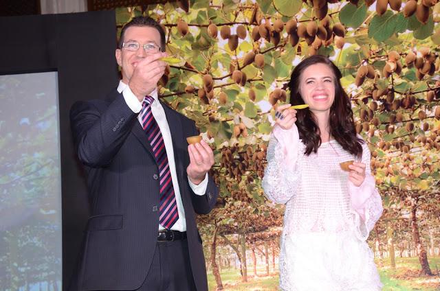 Ben Hughes And Kalki Koechlin Teach Everyone To Cut Scoop And Enjoy A Sungold Kiwi