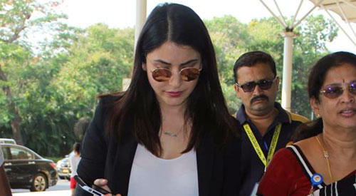 Anushka Sharma Glamour Look When She Spotted At Mumbai Airport