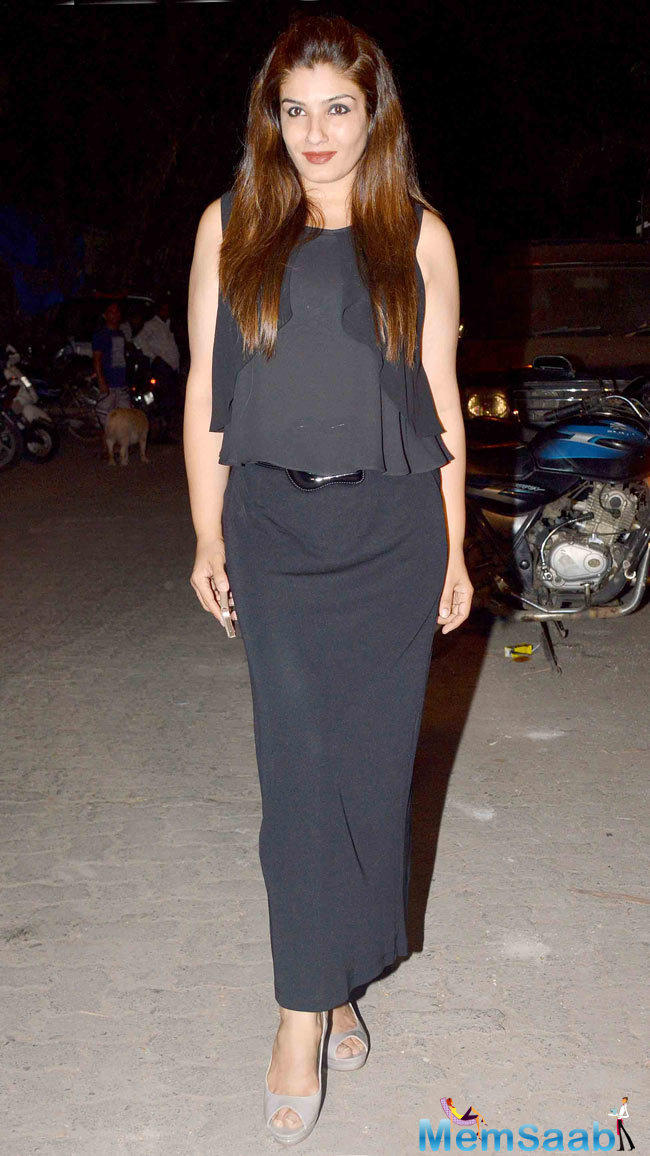 Raveena Tandon In Black Dress Glamour Look At The Success Bash Of Tanu Weds Manu Returns