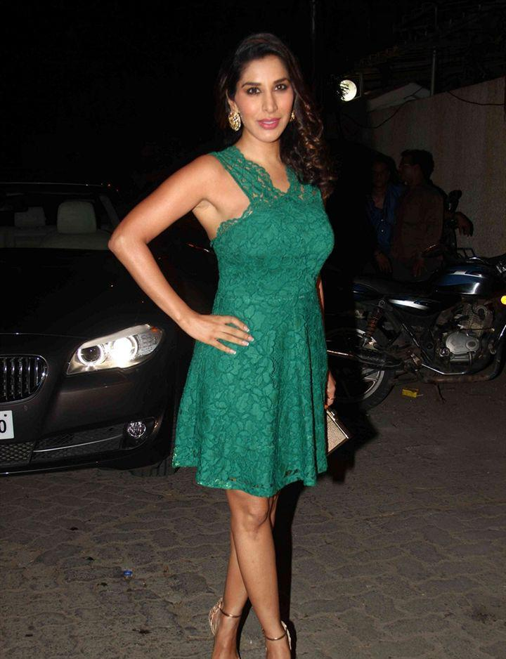 Sophie Choudry In Green Dress Cool Pose During The Success Bash Of Tanu Weds Manu Returns