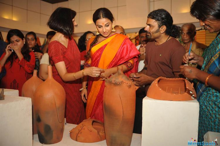 Vidya Balan Viewing The Various Handicrafts And Handloom Items