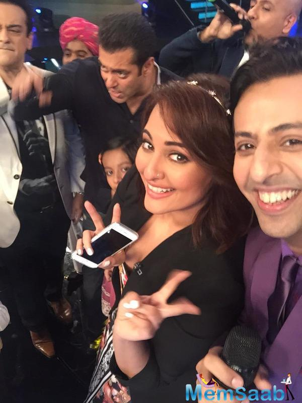 Salman Khan And Sonakshi Sinha Created Dhamaal On Indian Idol Junior Sets