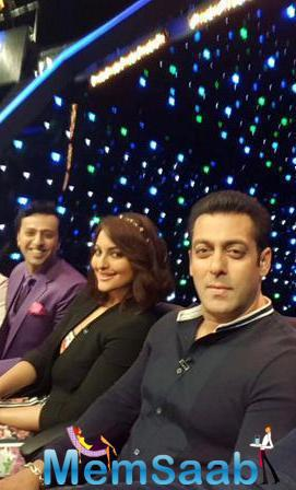 Salman Khan Visited The Sets Of Indian Idol Junior To Promote Their Upcoming Movie BB
