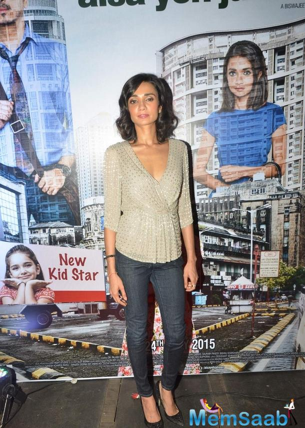Ira Dubey Posed For Camera During Aisa Yeh Jahaan Trailor Launch Event