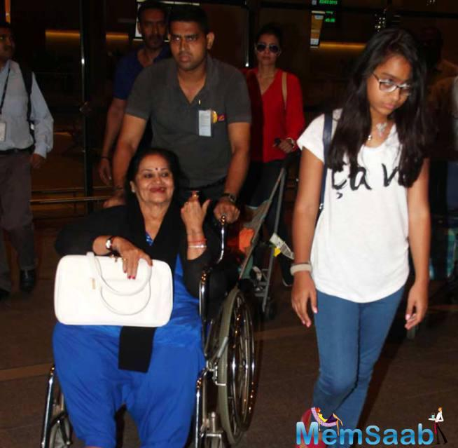Kajol's Teenage Daughter Nysa Was Also Photographed With The Family In A Tee Shirt And Jeans