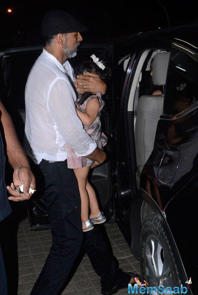 Akshay Kumar Covered Her Daughter Face From The Flashing Cameras
