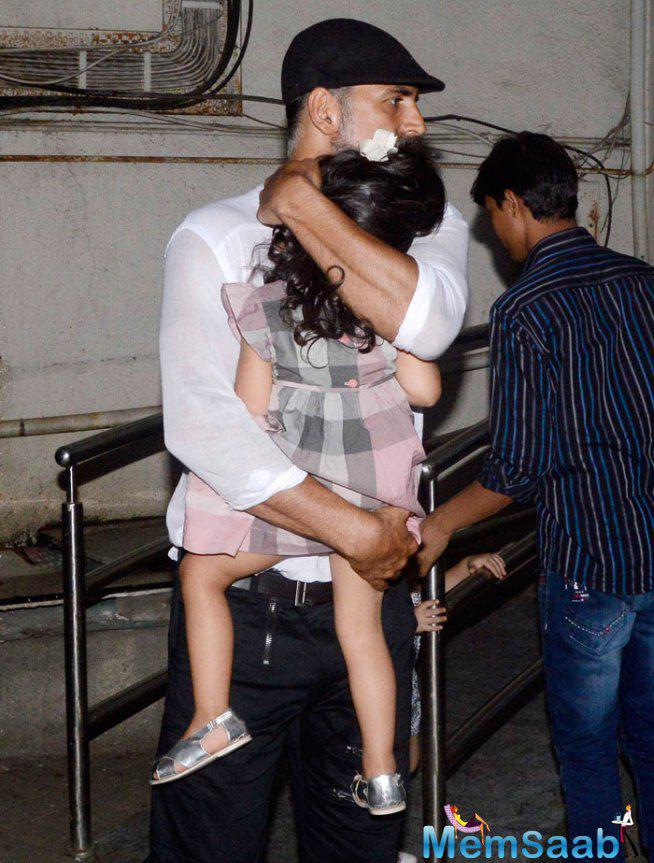 Protective Dad Akshay Kumar Held Daughter Nitara From Flashing Cameras