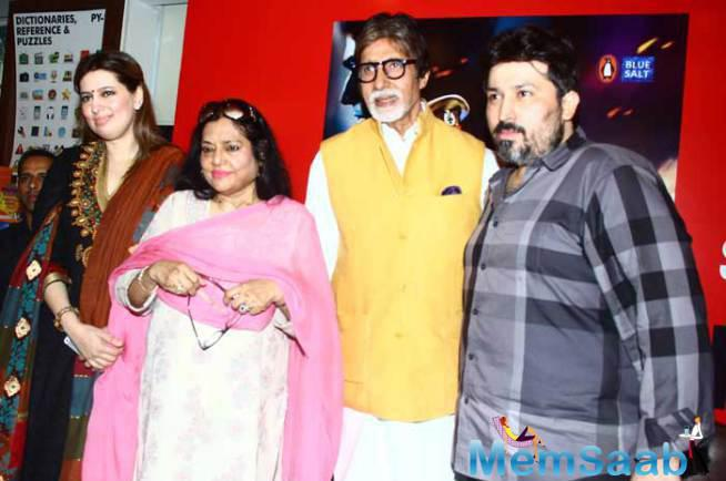 Amitabh Bachchan Poses For A Picture Along With Amjad Khan's Family