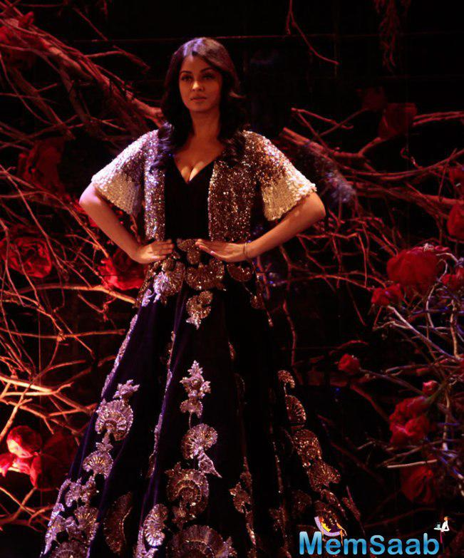 Aishwarya Rai Bachchan Absolutely Owned The Ramp As She Strutted In A Grand Shimmery Gown