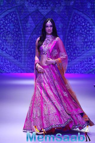 Kriti Sanon In Ghagra Choli Walks The Ramp At The IIJW Fashion Week 2015