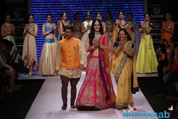 Kriti Sanon Walks The Ramp For Sunil Jeweller's At Iijw 2015 Day 3