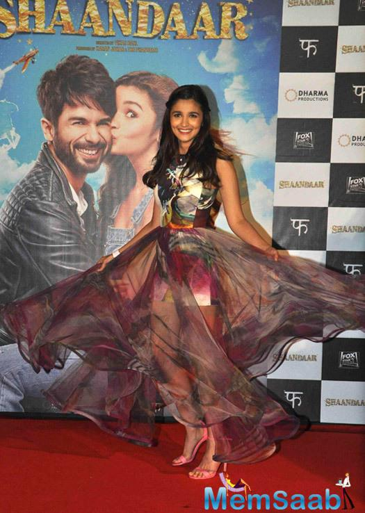 Cute Alia Bhatt Having Fun With Her Skirt During The Trailer Launch Of Shaandaar