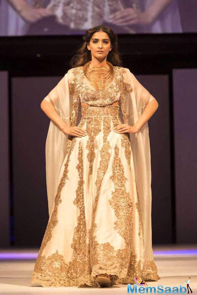 Sonam Kapoor Glams Up On Ramp At IFFM 2015