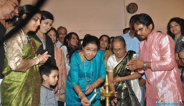 Asha Bhosle Lighting The Diyas At Paramesh Paul Art Show