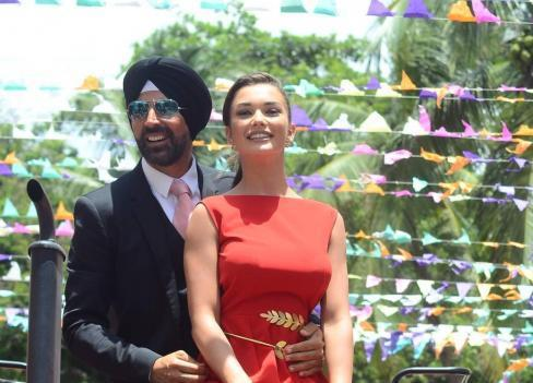 Akshay And Amy Jackson On A Tractor For Singh is Bling Trailer Launch