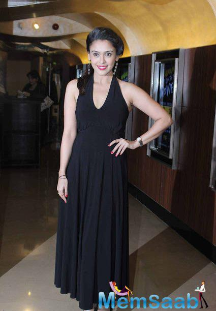 Hrishitaa Bhatt In Black Gown Stunning Look At The Premier Of Chehere Movie