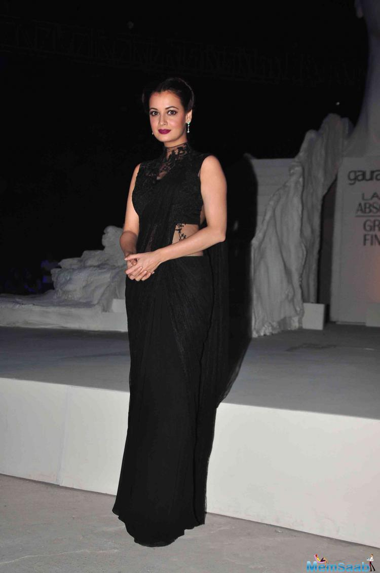 Dia Mirza In Black Outfit Gorgeous Look With Red Lippy At The Grand Finale Of LFW 2015