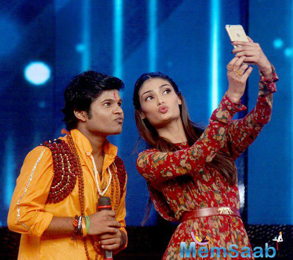 Athiya Shetty Taking Selfie With A Contestant On The Sets Of DID 5