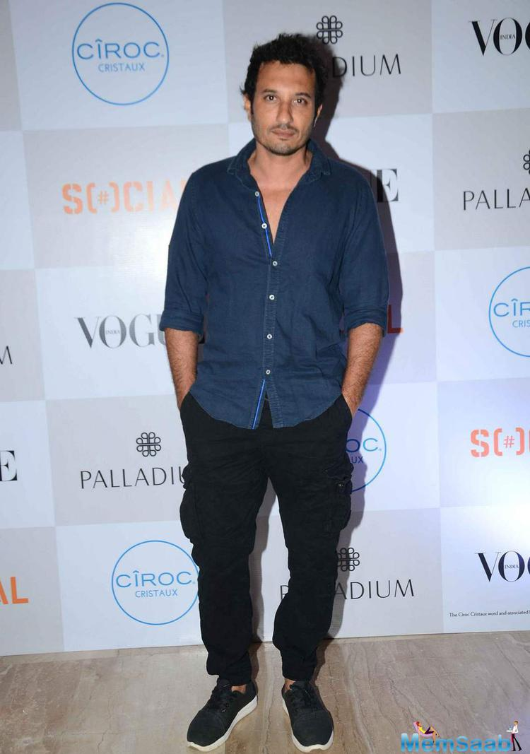 Homi Adajania Posed For Camera At The Fashion's Night Out 2015