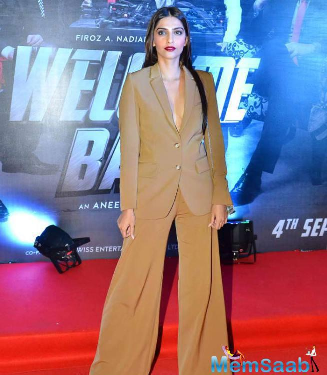 Sonam Snapped With Bold Outfit At Dad's Film Welcome Back Screening