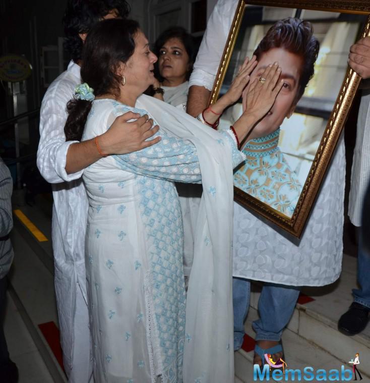 Wife Vijayata Pandit Gets Emotional At Husband Prayer Meet