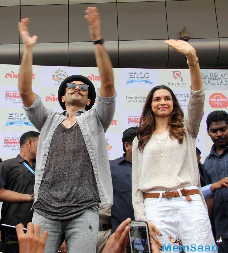 Ranveer Singh And Deepika Padukone Waves Their Hands For Fans