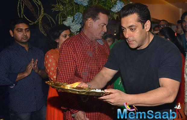 Salman Khan Takes The Plate Of Aarti And Performs The Ritual In Front Of Ganpati's Idol