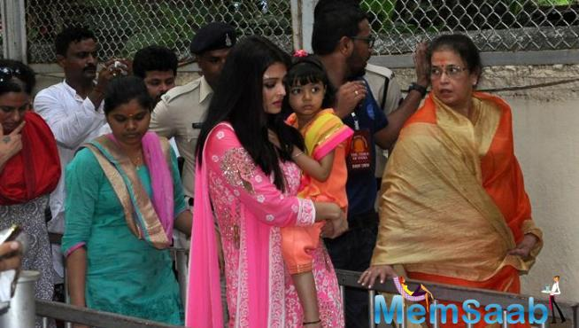 Aishwarya Makes Way To The Temple Amidst The Crowd