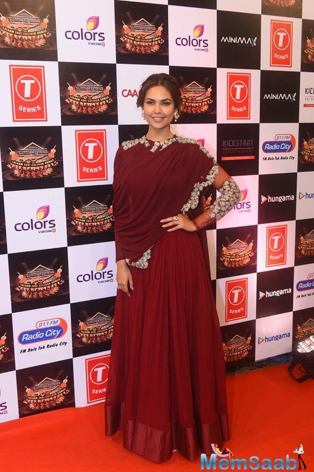 Esha Gupta Sizzling On Red Carpet At Suron Ke Rang Color Ke Sang Musical Event