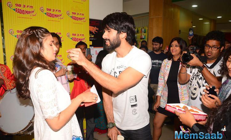 Shahid Kapoor Feeding Ladoo To Alia Bhatt During The Promotion Of Shaandaar Film