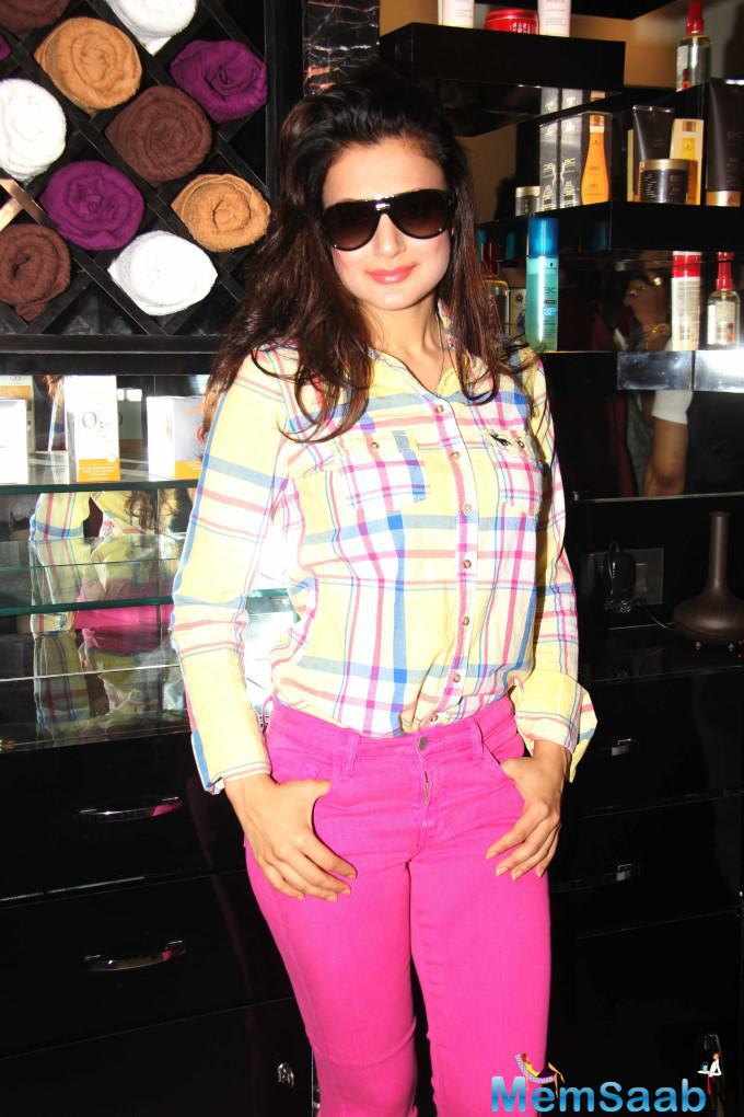 Ameesha Patel Looks Glamour During The Opening Of U And Me Salon