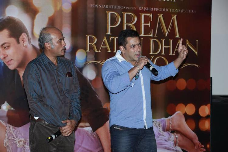 Salman Khan Interact With Public With Director Sooraj Barjatya During The Trailer Launch Of Prem Ratan Dhan Payo