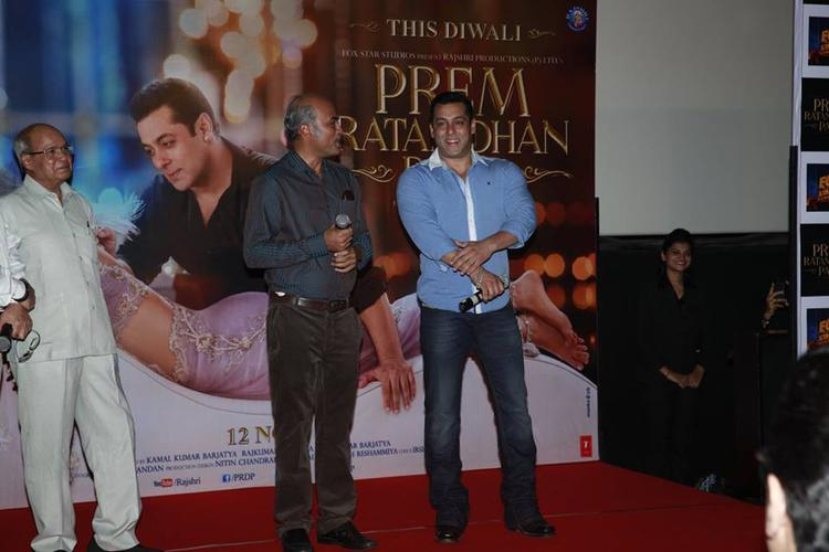 Sooraj Barjatya And Salman Khan During The Trailer Launch Of Prem Ratan Dhan Payo